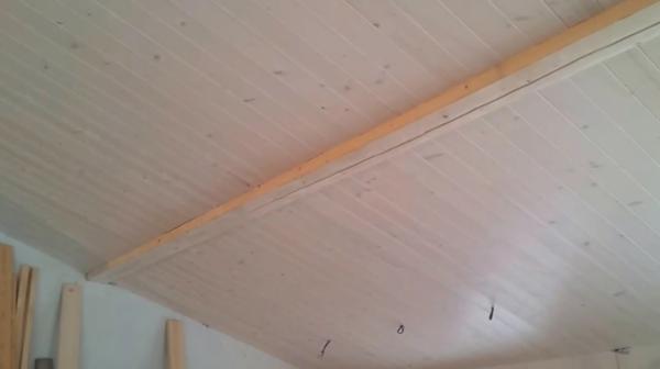 Используя металлические скобы, можно не опасаться того, что потолок обшитый вагонкой со временем провиснет или сорвётся вниз