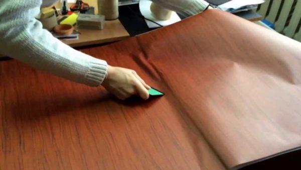 Используя виниловые покрытия, можно обклеить гарнитур, и он будет почти неотличим от деревянного