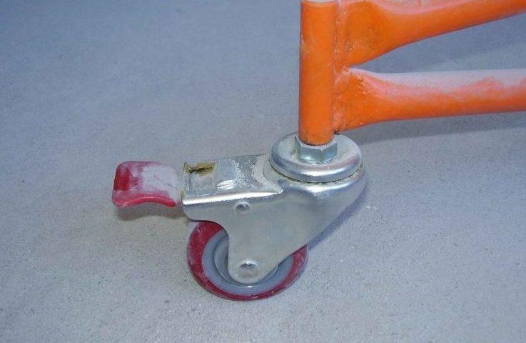 Используйте колёсики со стопорящими механизмами, чтобы избежать движения подъёмника в процессе прикручивания гипсокартонного листа