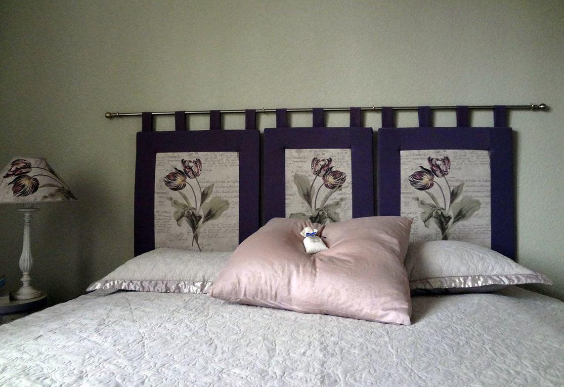 Изголовье из подушек на багете можно сделать в течение дня.