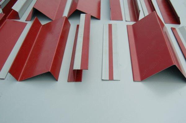Изготовление комплектующих для металлического сайдинга и крыш из профнастила выполняется из листовой стали на профилегибочных станках