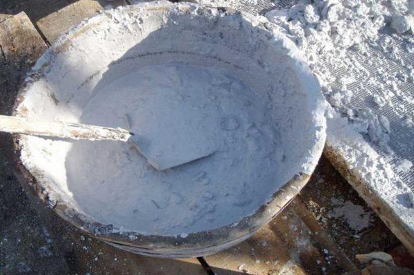 Известковый раствор обходится недорого и наносится быстро, но он обладает низкой прочностью.