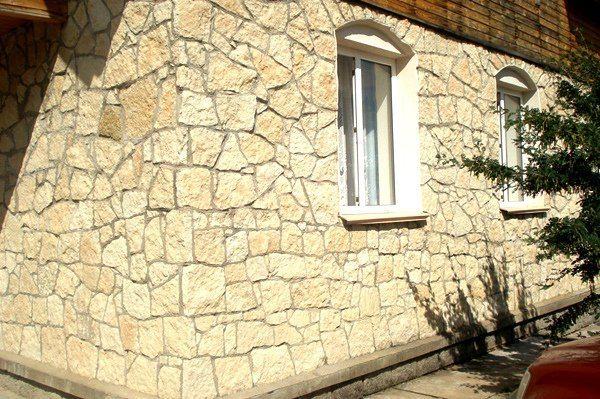 Известняк на фасаде частного дома.