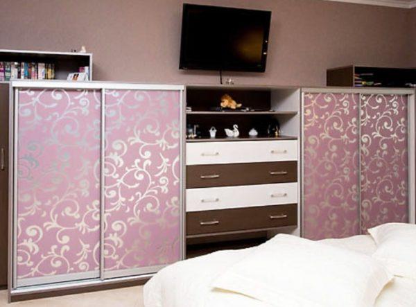 .Изящный бельевой шкаф в спальне