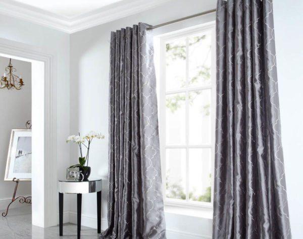 К флизелиновым или виниловым полотнам больше подойдут тяжелые портьеры. При использовании легких тканей общий дизайн будет не таким гармоничным.