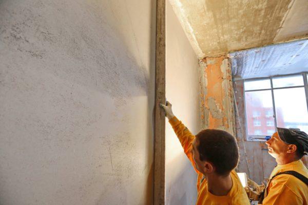 Качество отделочных работ на стенах проверяется при помощи идеально ровной и длинной планки.