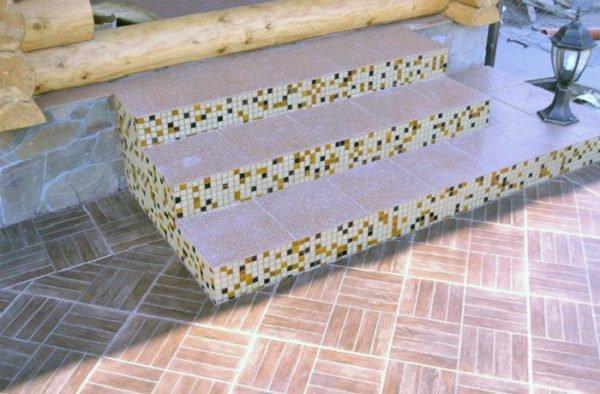 Кафельная мозаика для отделки подступенков.