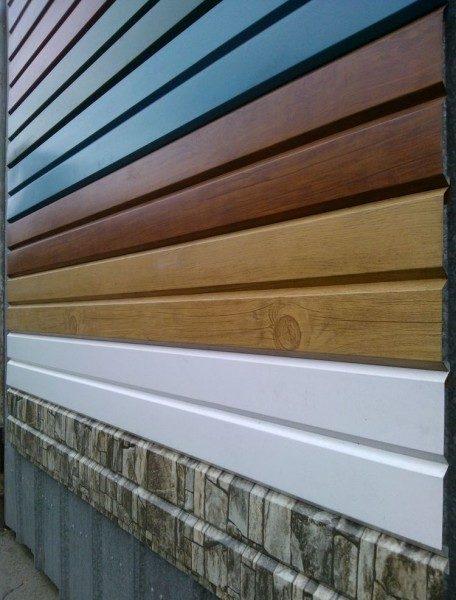 Как и виниловые, металлические панели могут быть цельными и перфорированными, иметь разную текстуру и цвет