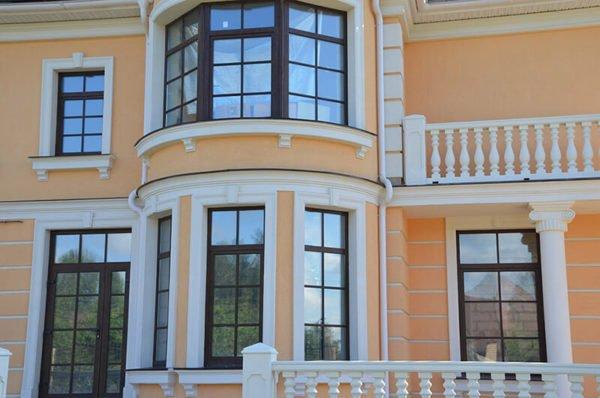 Как правило, больше всего архитектурных элементов на главном фасаде