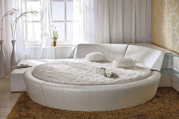 Как правило, круглая форма кровати отлично отражает такие стилевые направления, как модерн, классика и техно