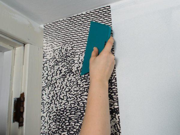 Как просто и быстро отделать стены помещения? Разумеется, оклеить их обоями
