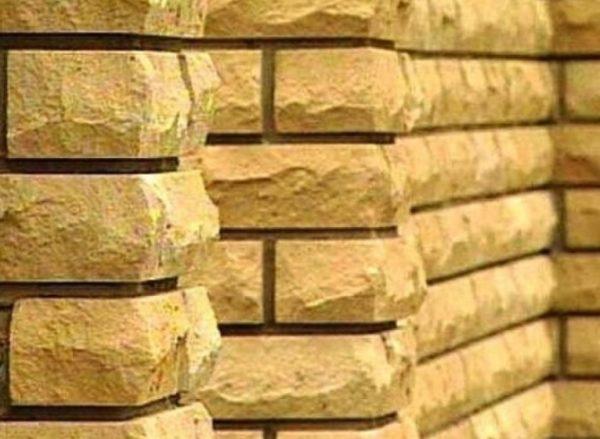 Керамический кирпич выглядит презентабельно и на фасадах, и на заборах