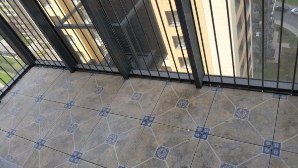Керамогранит - прочное и практически вечное напольное покрытие для холодного балкона.