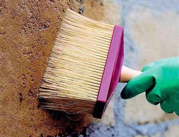 Кисть-макловица хороша тем, что позволяет нанести состав во все углубления на поверхности
