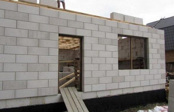 Кладка из блоков возводится в несколько раз быстрей, чем из кирпича