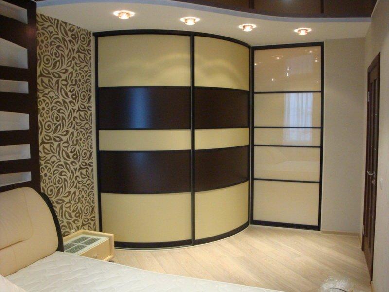 Классический радиусный шкаф обычно встраивается в угол.