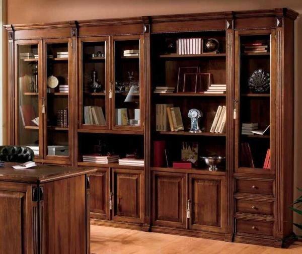 Книжный шкаф включает в себя отделы нескольких типов
