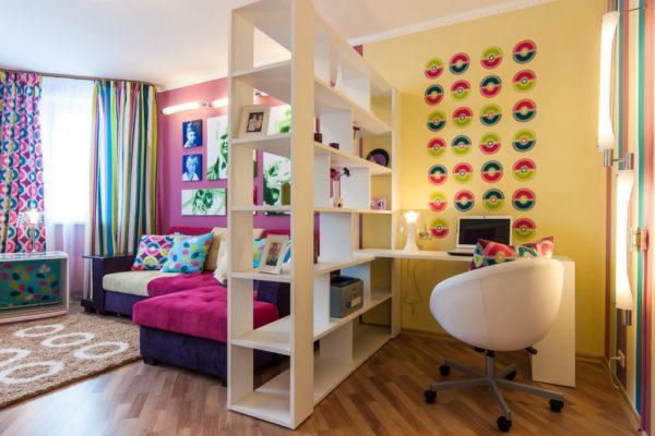 Книжный стеллаж в интерьере зала типовой квартиры