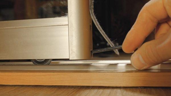 Когда прокручиваем ключ на один оборот вправо, створка с этой стороны поднимается на 1 мм. И наоборот, когда ключ поворачиваем влево, створка опускается