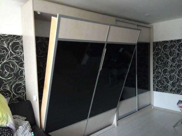 Комбинированные фасады со вставками из крашенного стекла можно подобрать в тон стенам, оклеенным комбинированными обоями, как это показано на фото