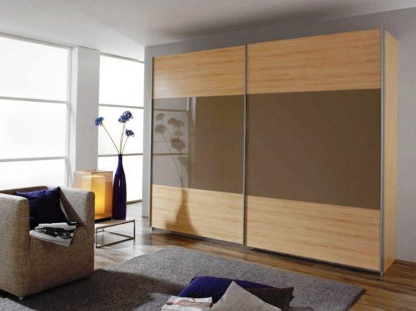 Комбинированный дизайн, где шпонированная часть фасада сочетается массивными вставками, отделанными под стекло
