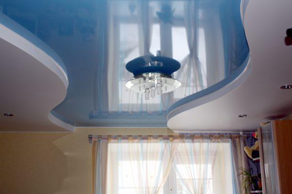 Комбинированный натяжной потолок в сочетании с отделкой из гипсокартона.