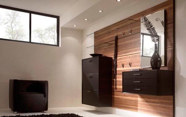 Компактные и среднеразмерные тумбы, подвешенные на мебельной доске в прихожей