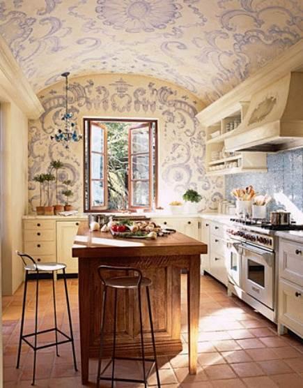 Комплексная роспись с учетом потолка смотрится эффектно.
