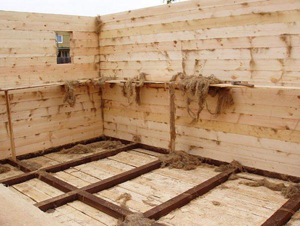 Конструкция из бруса также утепляется при возведении.