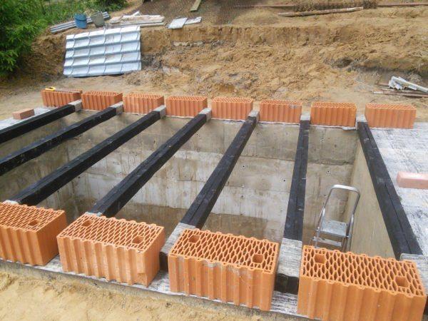 Конструкция может совмещать в себе и разные материалы — бетонные блоки и металлическое перекрытие и т.д.