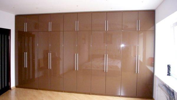 Коричневый гардероб с фасадом из стружечной плиты с глянцевым виниловым покрытием