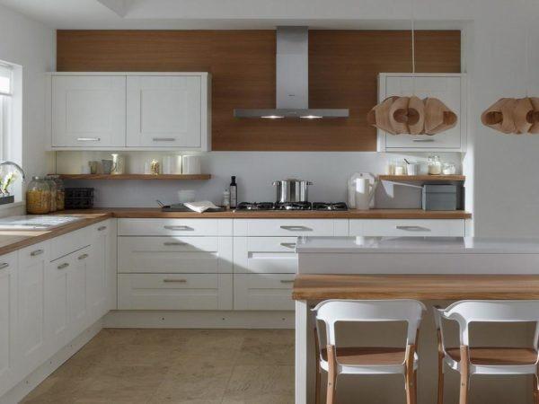 Короб из гипсокартона под потолком позволяет скрыть кухонную вентиляцию.
