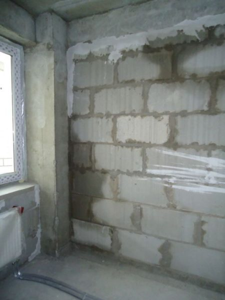 Косой дождь насквозь пропитал газобетонную стену водой.