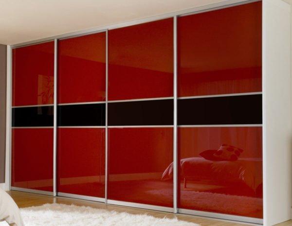 Крашенное стекло – один из популярных сплошных и полупрозрачных вариантов оформления мебельных фасадов