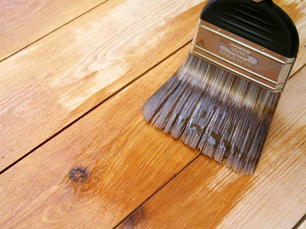 Красить доски можно и перед монтажом и после