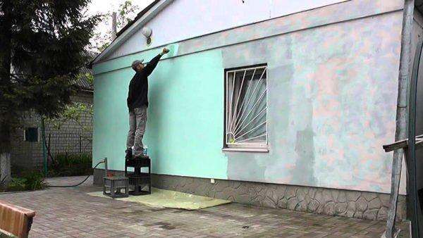 Красить фасад следует только в сухую и теплую погоду.