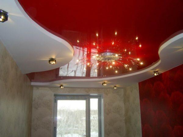 Красный цвет на потолке станет акцентом в интерьере