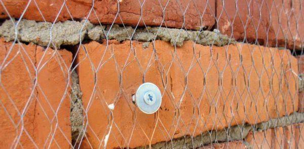 Крепление армирующей сетки на фасаде.