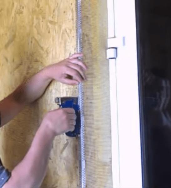 Крепление металлического армирующего уголка на дверной откос.