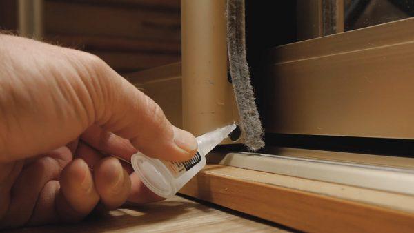 Крепление защитной ленты после окончания настройки выполняется на клей