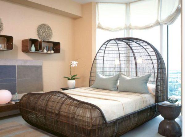 Кровать, размещенная у окна, придает комнате необычный интерьер
