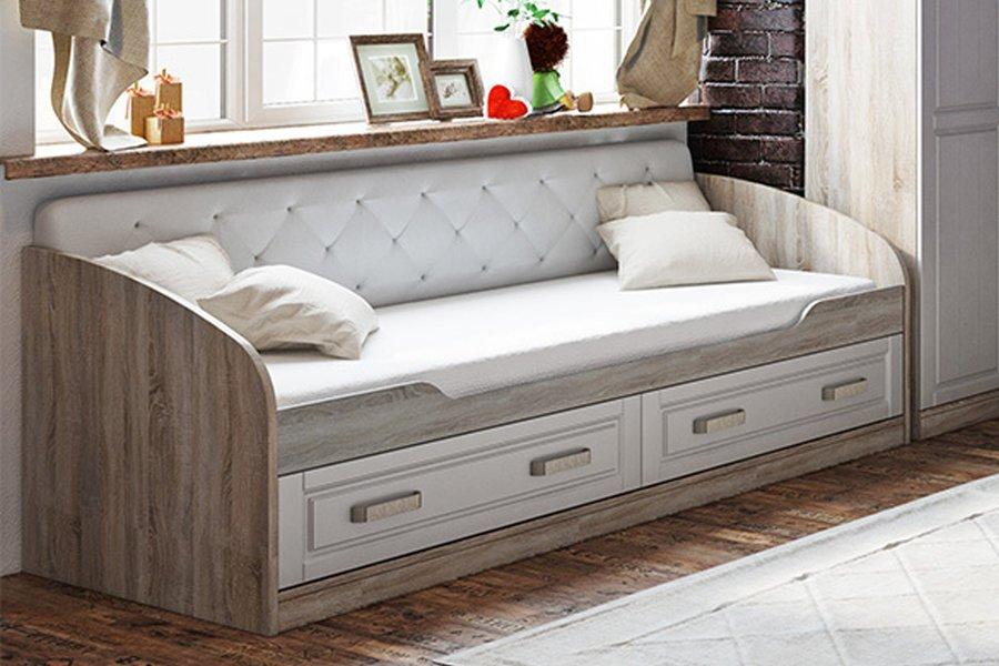 Кровать с закруглёнными подлокотниками в силе прованс