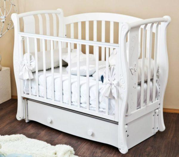Кроватка часто оснащается маятником, который упрощает процесс укачивания малыша