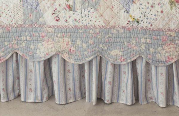 Кроватное покрывало украшается рюшами и оборками.