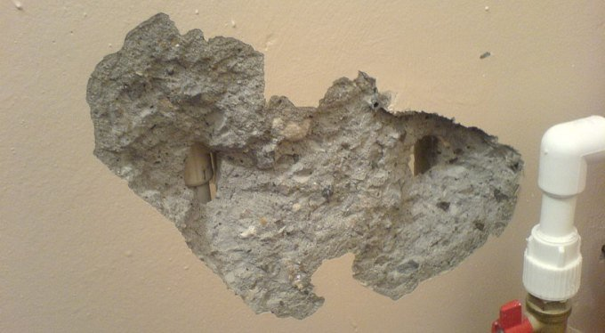 Чем заделать такую дырку в стене?
