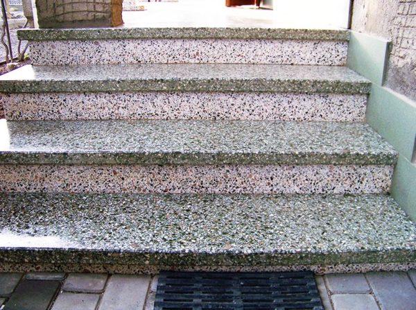 Крыльцо из декоративного бетона обойдётся несколько дороже, но зато выглядеть будет привлекательнее