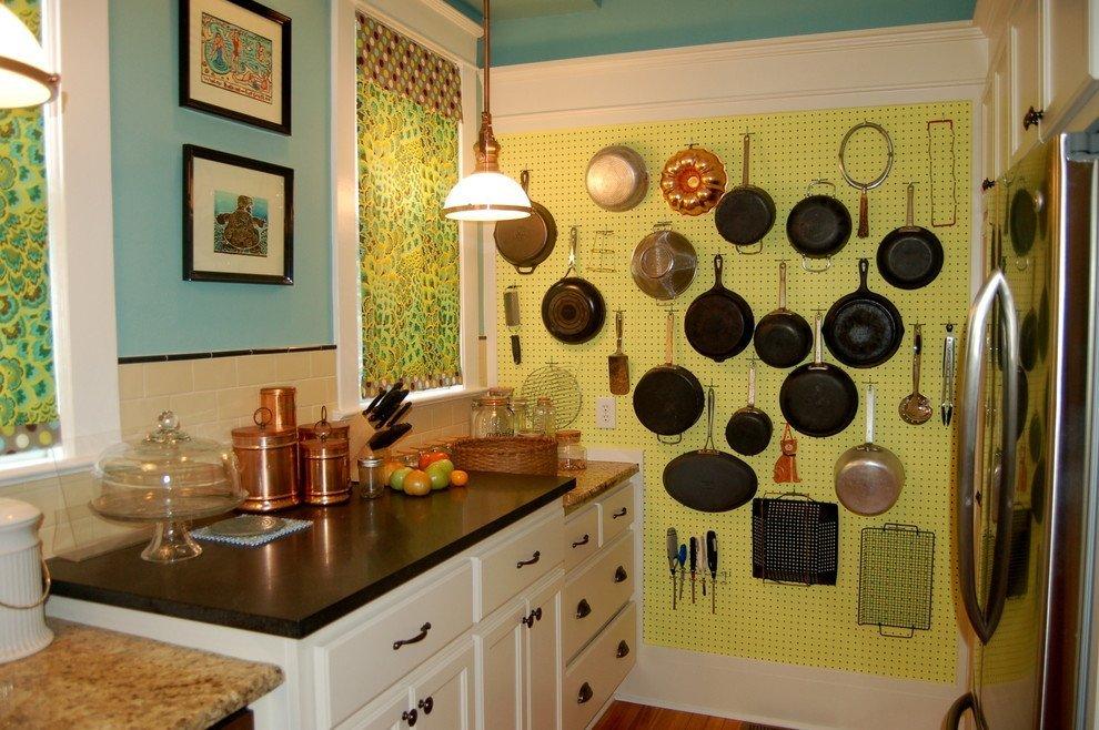 Крючки, перфорированный металлический лист – и место для хранения сковородок готово
