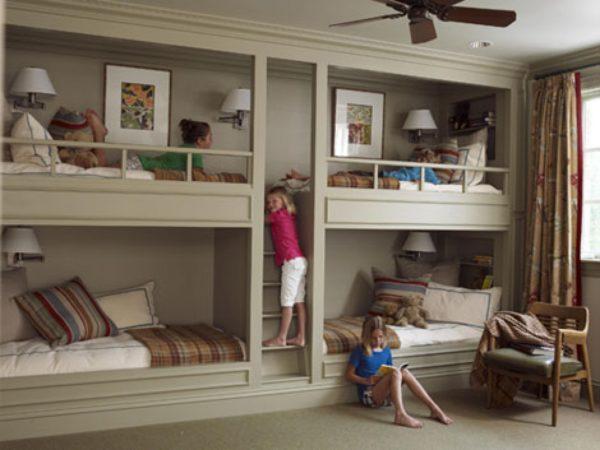 Кто сказал, что на кровати в 2 яруса помещаются только два ребенка? Есть модификации как на фото для четырех детей