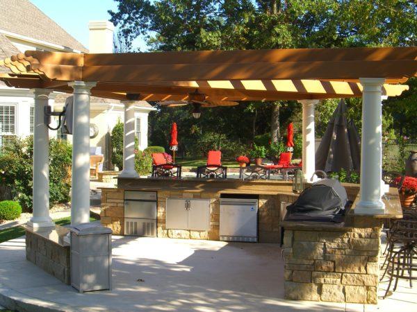 Кухня для готовки во дворе вовсе не должна быть закрытой, напротив больше свежего летнего воздуха не повредит приготовлению пищи