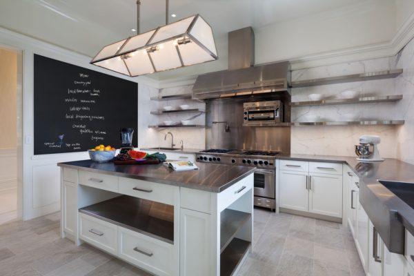 Кухонные стеллажи из нержавеющей стали, как на фото, вместят все необходимые аксессуары
